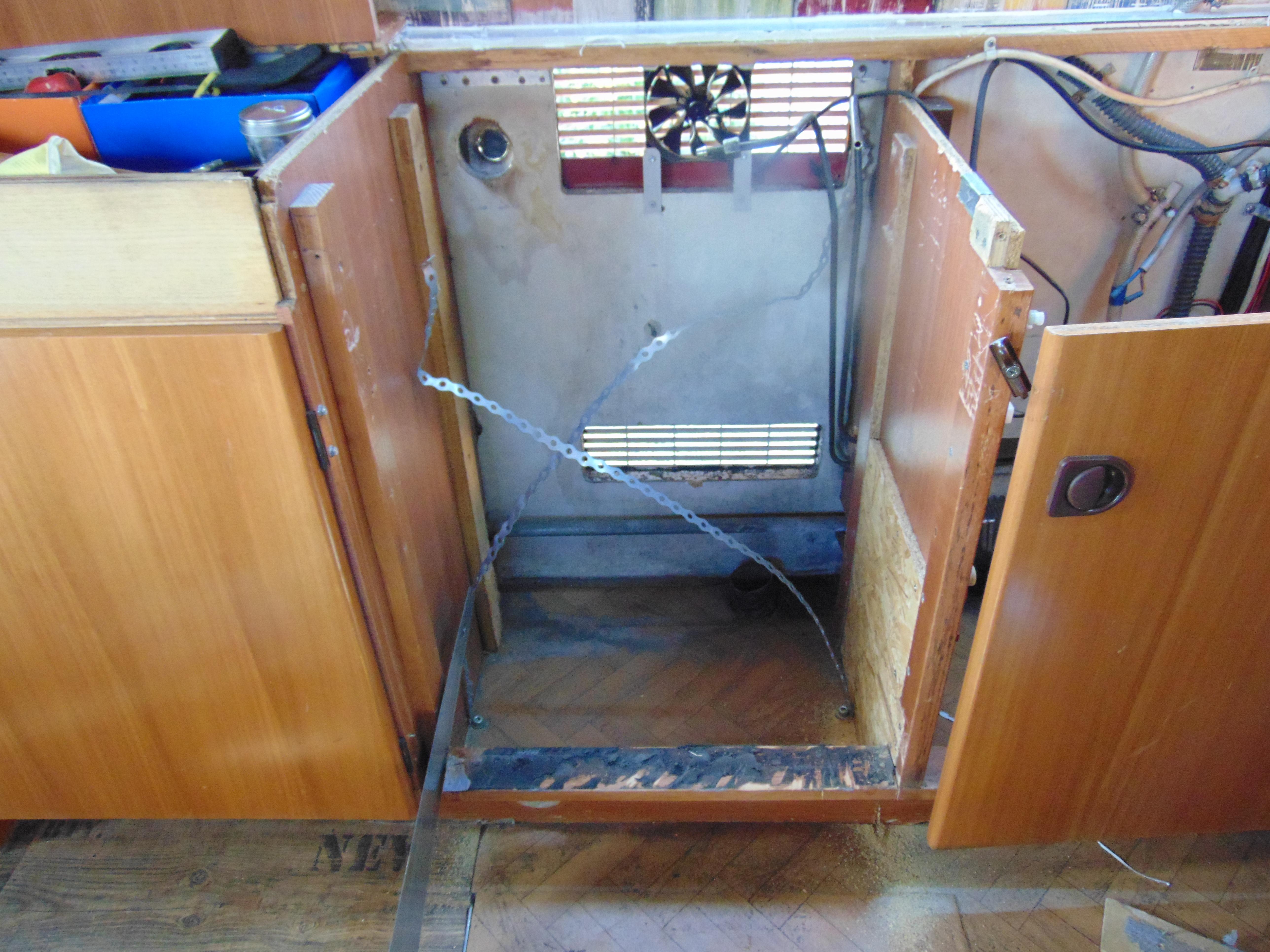 Kühlschrank Im Boden : Freistehenden kühlschrank in küche integrieren sinnreich grifflos